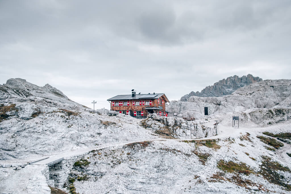 Blick auf die Büllelejochhütte in den Dolomiten
