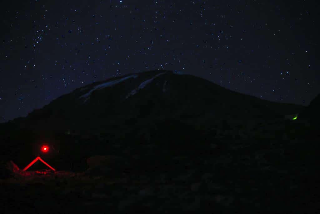 Kilimanjaro bei Nacht mit Sternenhimmel
