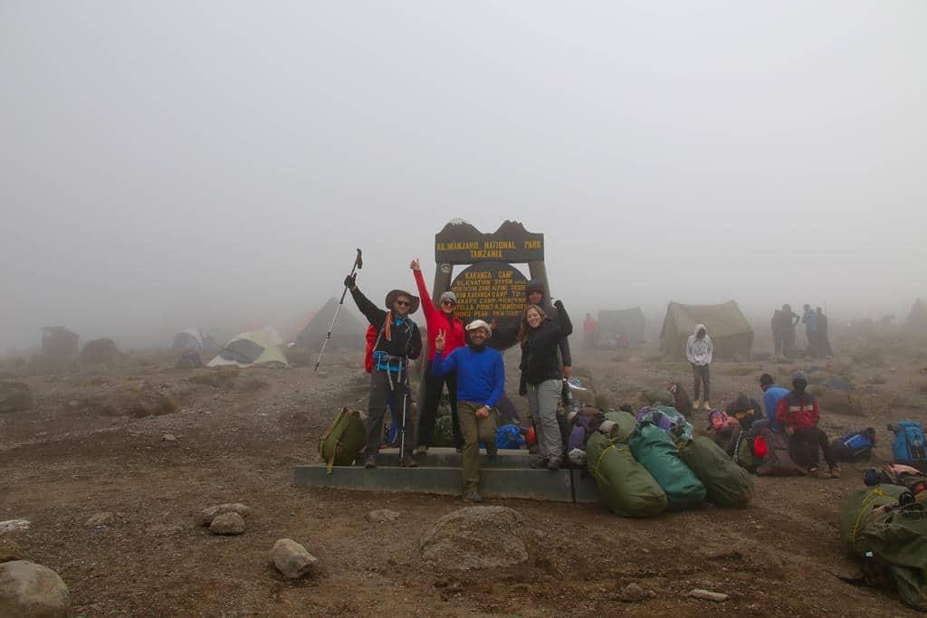 Bild vor dem Schild im Karanca Camp
