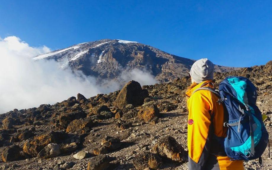 Lisa mit Blick auf den Kilimanjaro
