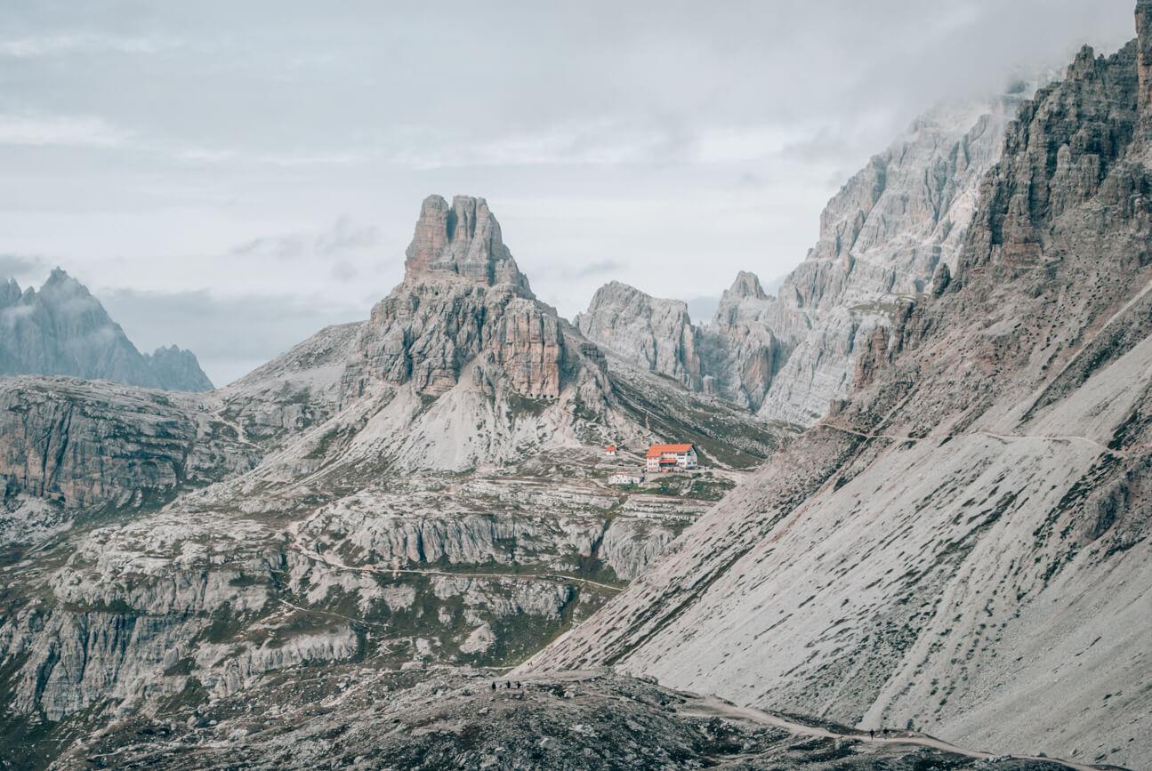 Blick auf die Dreizinnenhütte in den Dolomiten