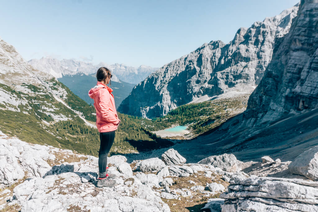 Wandern in den Dolomiten mit Blick auf den Lago di Sorapis