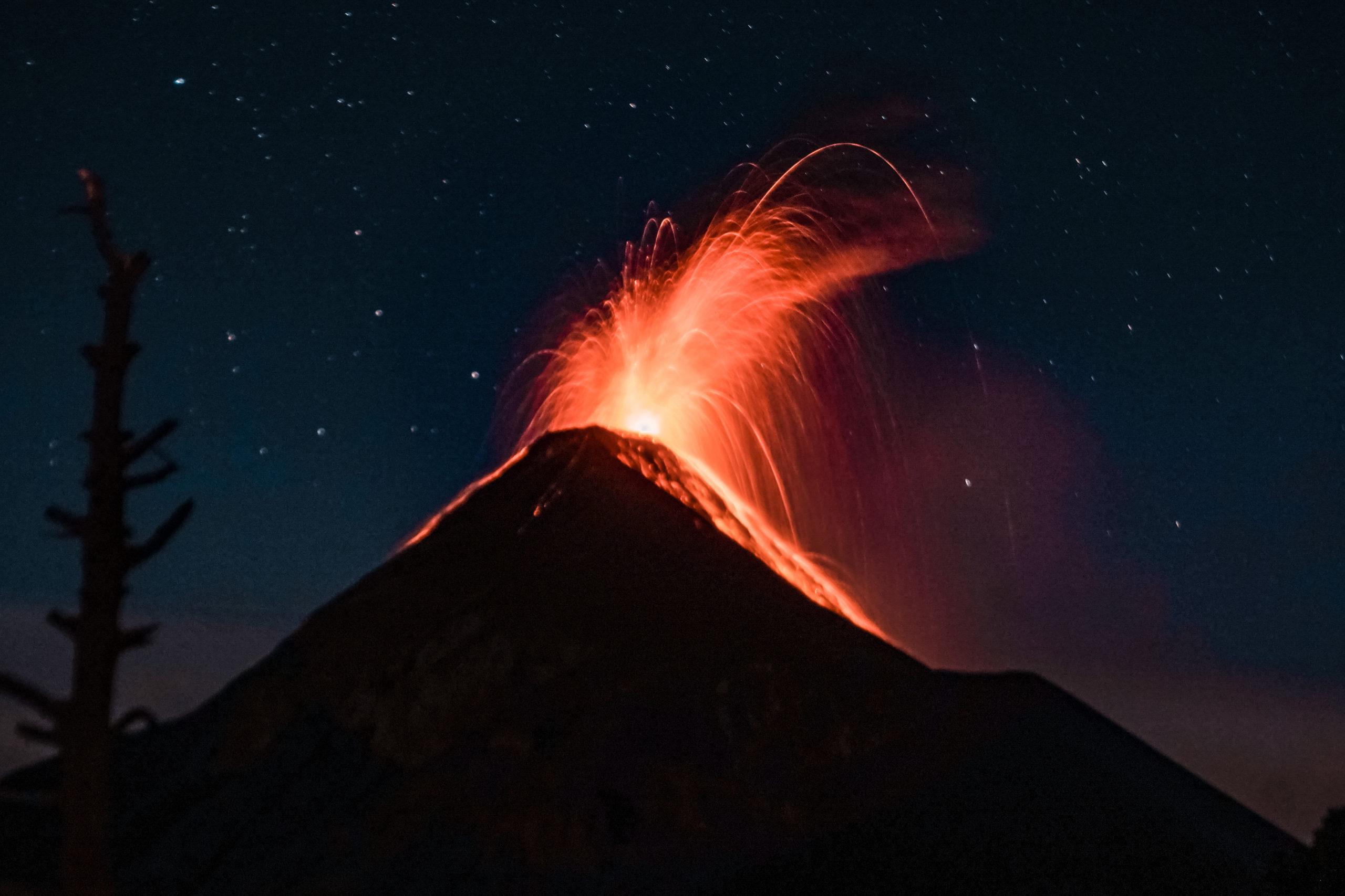 Der ausbrechende Vulkan Fuego in Guatemala